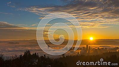 Tjock rullande tät dimma över stad av Portland Oregon med snö täckte monteringen Hood One Early Morning på den soluppgångTid scha lager videofilmer