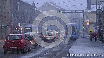 TMK 2200在雪驱动期间的低层有轨电车在萨格勒布3 股票视频
