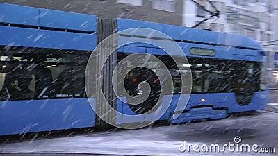 TMK 2200在雪驱动期间的低层有轨电车在萨格勒布 股票录像