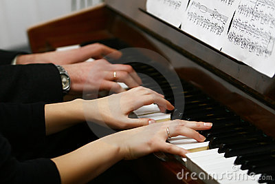 To play on a piano in four hands