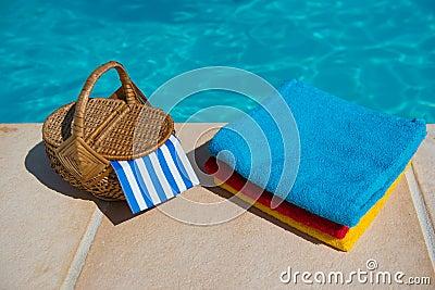 Toallas en la piscina foto de archivo imagen 53618092 - Toallas piscina ...