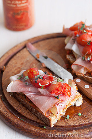 Toast with ham and tomatoes