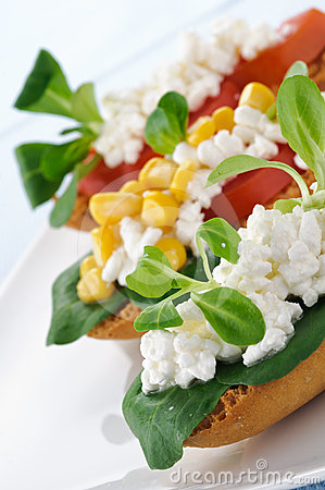 Toasted of cottage cheese, tomato and valerian, cl