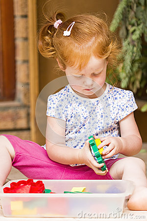 Free Toddler Girl Playing Toys Stock Photography - 65410842
