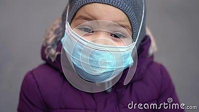 Todler-barn som bär medicinsk mask utomhus utomhus i kallt väder luftförorening PM2 5 eller covid- 19 pandemi lager videofilmer
