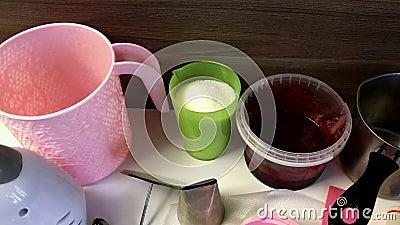Toebehoren en ingrediënten voor de vervaardiging van marshmallows Ze worden op het oppervlak van de tabel gelegd stock footage