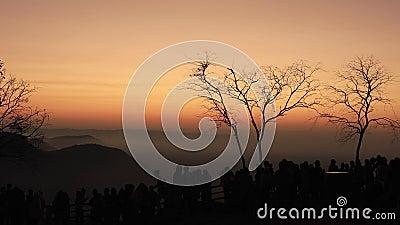 Toerist die foto's neemt van de Scenische zonsopgang bij de klif van Pha Mo E Dang op 30 december 2019 op de klif van Pha Mo E Da stock videobeelden