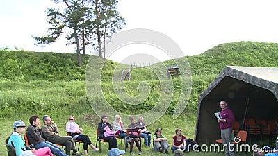 Toeristenmensen die onderwijs botanisch kamp bezoeken stock footage