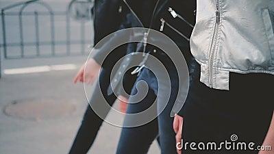 In toevallig kijkt dames die stadsstraat lopen stock video