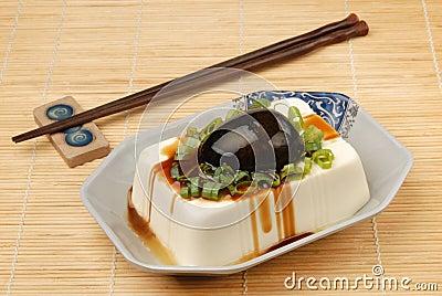 Tofu avec les oeufs conservés