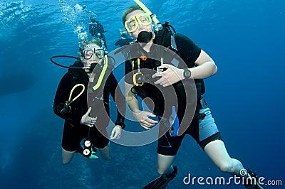 Togeather de la zambullida del equipo de submarinismo del hombre y de la mujer