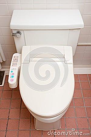 Toilette avec le siège heated