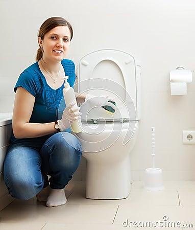 toilette de nettoyage de jeune femme dans la salle de bains photo stock image 77246717. Black Bedroom Furniture Sets. Home Design Ideas