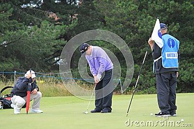 Tom Watson mettant sur le golf ouvert 2012 de 8ème vert Image éditorial