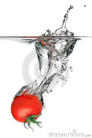 Tomate, die im Wasser spritzt