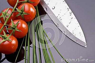 Tomates e faca frescos