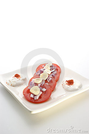 Tomato salad with onion and garlic