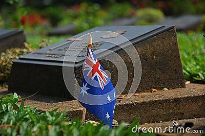 Tombe et drapeau