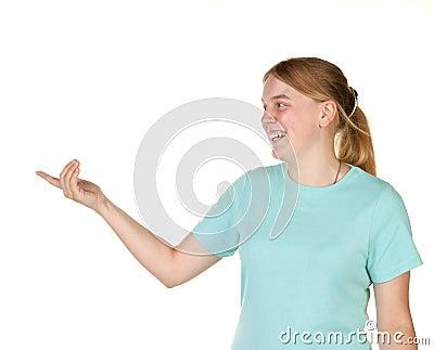 Tonårs- göra en gest flicka