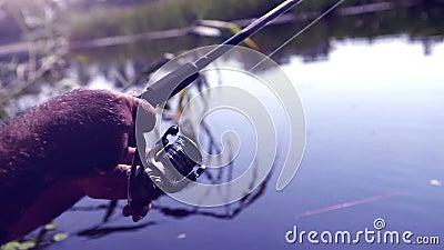 Toned ha saturato il metraggio di una pesca dell'uomo con una barretta video d archivio