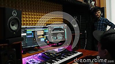 Toningenieur nimmt neues Lied für Musiker im Musikstudio zu Hause auf Musikkomponierungsprozess Pop-Hit-Komponist, der ein neues  stock video