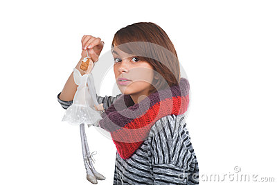 Tonårs- flicka med den trevliga dockan