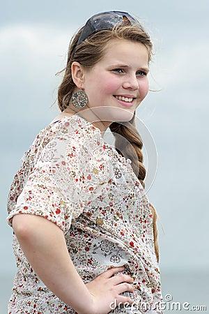 Tonårs- flicka som stirrar in i avståndet