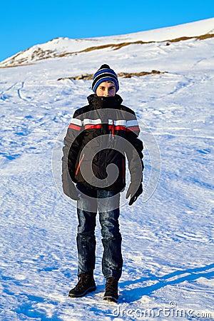 Tonårs- pojke i vinterferien