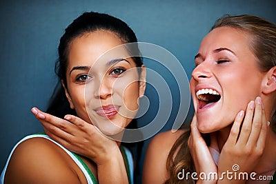Tonårs- roliga flickor för härligt uttryck som gör