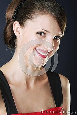 Toothy het glimlachen brunette in rood