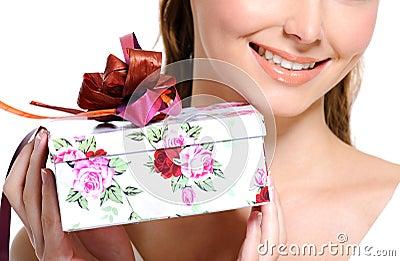 Toothy het glimlachen half vrouwelijk gezicht met huidige doos