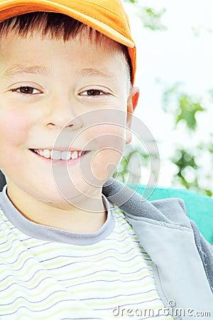 Toothy het glimlachen jong geitje in openlucht
