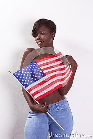 Toplesse schwarze Frau mit amerikanischer Staatsflagge