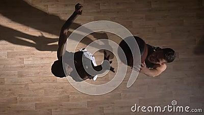 Topshot, dos jugadores de básquet de oposición que se hacen frente en la corte, intentando tomar la bola metrajes