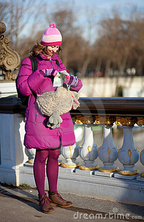 Torby śmiesznej dziewczyny szczęśliwy mapy Paris turysta