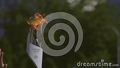 Torchbearer draagt een Vlam van Vrede vóór 2de Europese Spelen 2019 in MINSK tijdens Officiële ceremonie BOBRUISK, WIT-RUSLAND stock video