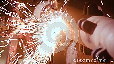 Torche de soudage à gaz étant employée sur des machines agricoles clips vidéos