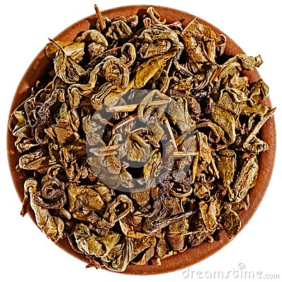 Torka grön tea i en lerakopp från över
