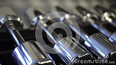Tornillos de plata en el gimnasio cableado para deportes y recreación, bodybuilding y biceps metrajes