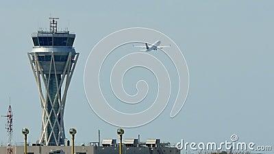 Torre de controlo de tr?fico do radar do aeroporto internacional de Barcelona filme