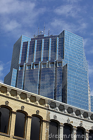 Torre de la oficina con los edificios viejos.