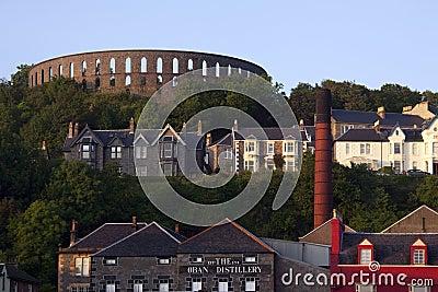 Torre de McCraig & destilaria de Oban - Scotland Foto de Stock Editorial