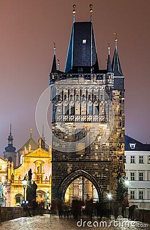 Torre de Mesto de la mirada fija del puente en la noche, Praga de Charles.