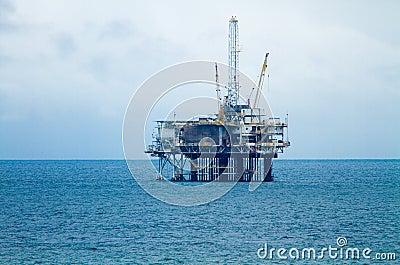 Torre de perforación y plataforma de petróleo en un día cubierto