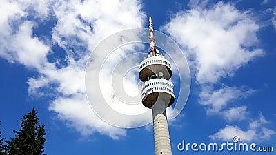 Torre de Snezhanka TV en el pico de Snezhanka en Pamporovo durante verano almacen de video