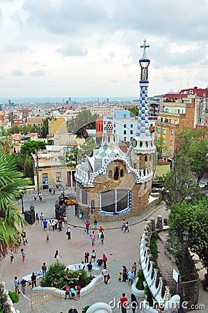 Torre del mosaico en el parque Guell, Barcelona, España Imagen de archivo editorial