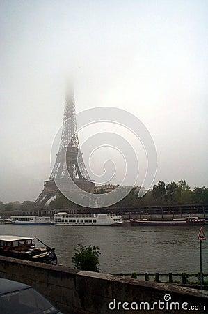 Torre Eiffel contra los cielos nublados