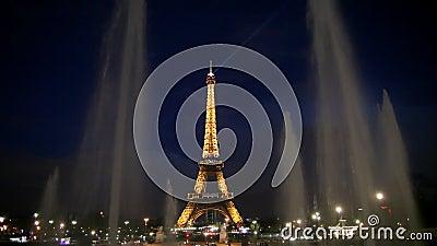 Torre Eiffel di Parigi di notte stock footage