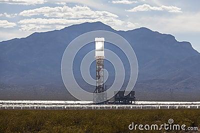 Torre solar de la central térmico del desierto de Ivanpah Imagen editorial