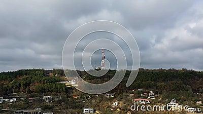torre televisiva in cima a una collina con bellissime nuvole archivi video